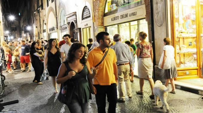 Al via le aperture serali dei negozi lucca la nazione for L arreda negozi pisa