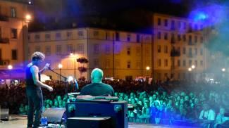 Effetto Venezia, la notte di Bobo Rondelli: Livorno ha cantato in piazza / IMMAGINI