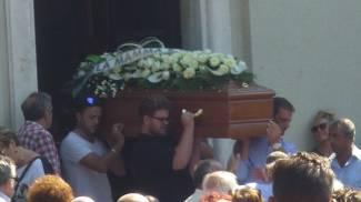 Una folla commossa per l'ultimo saluto ad Antonio Brino