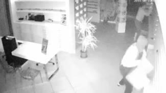 """Maxi furto nel negozio di ottica: ecco la banda in azione; i titolari: """"Fanno quello che vogliono"""""""