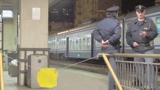 Aggredisce una donna e la rapina. Poi fugge e si nasconde sotto un treno
