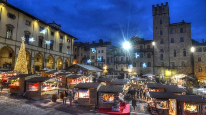 Muro di folla in centro e pienone bis in piazza grande per for Arezzo mercatino