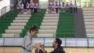 """""""Mi vuoi sposare?"""" La proposta al Palazzetto"""