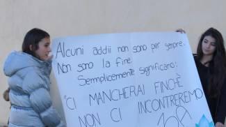 Una folla in lacrime per l'addio al piccolo Vittorio