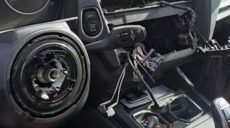 Ladri insaziabili: rubato lo sterzo a un'auto nel garage