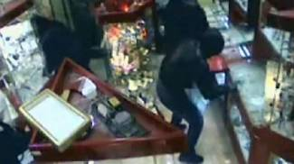 Maxi-rapina a un orafo attirato fuori e bastonato: colpo da 300 mila euro in via Romana