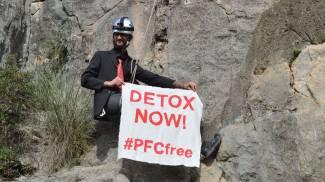 Foto appesi ai monti per protestare contro sostanze chimiche nei vestiti