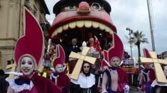 Carnevale: prima sfilata tra pioggia e polemiche