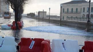 Maltempo a Livorno, divelta la barriera Nettuno: acqua in strada