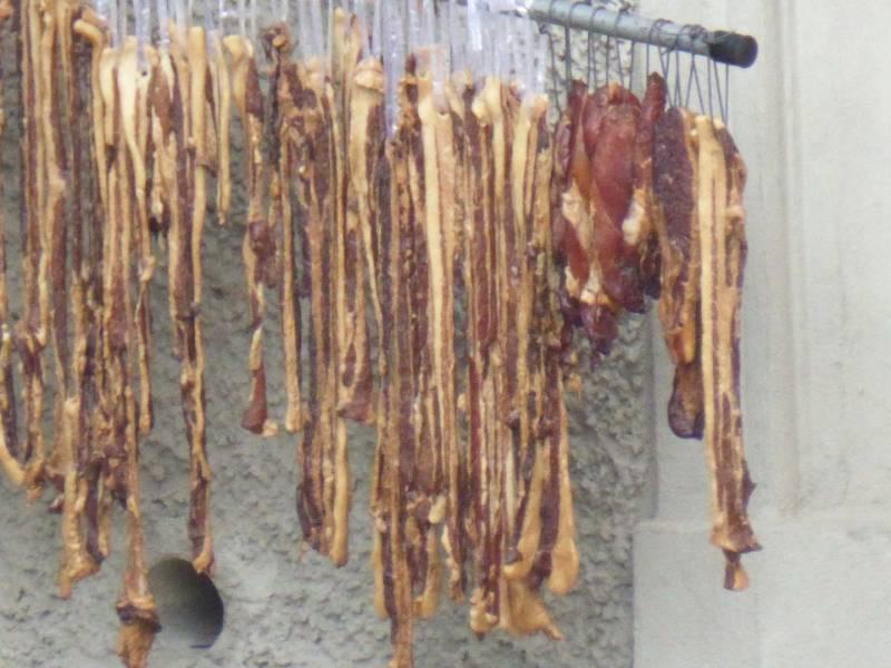 Carne e pesce messi a seccare dai cinesi a Quaracchi